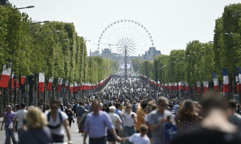 Des passants sur l'avenue des Champs-Elysées le 8 mai, à l'occasion d'une journée sans voiture.
