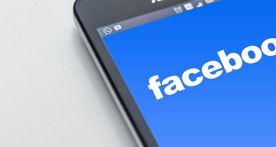 Facebook sabe cuántas veces has buscado el perfil de tu ex pareja (pero puedes borrar esa información)