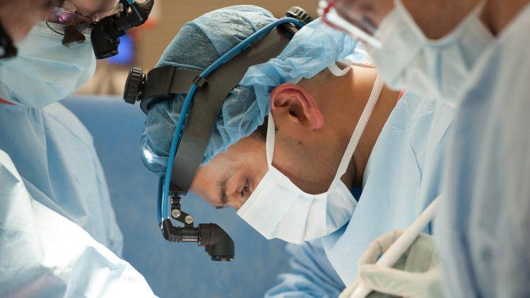 El doctor Ankit Bharat, del Hospital Northwestern de Chicago fue uno de los cirujanos que hicieron este doble transplante de pulmón.