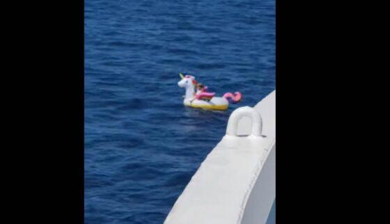 Rescatan a una niña de 4 años a la deriva sobre su flotador de unicornio